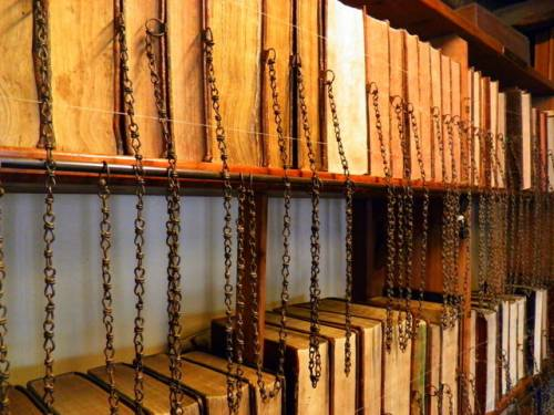 Wimborne Minster: the chained library - CCBY SA Chris Downer